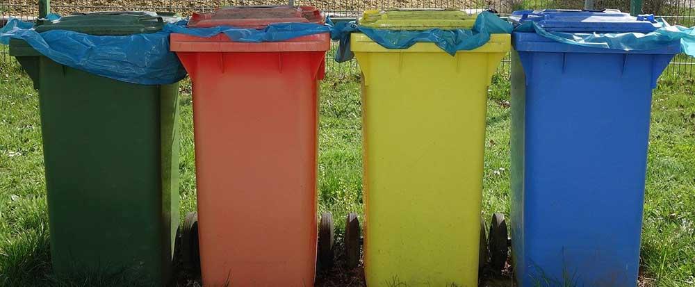 Menschen in Quarantäne entsorgen gesamten Abfall über Restmüll-Tonne