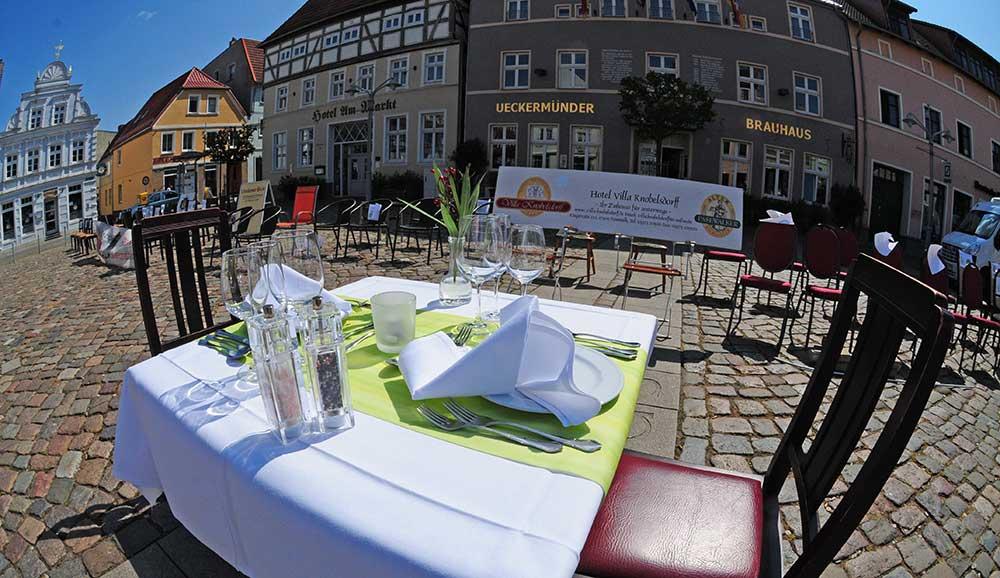 Gut 20 Gastronomen stellen leere Stühle auf den Ueckermünder Markt