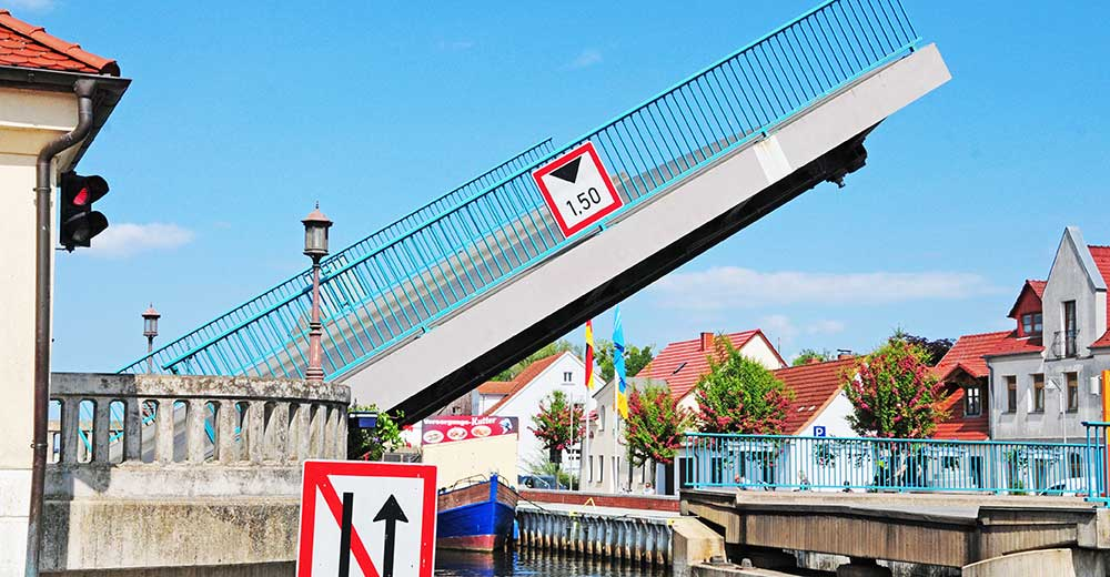 Hafenmeister öffnet mehrmals täglich die Brücke