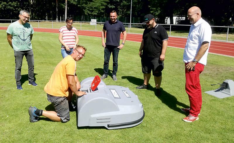 Mähroboter übernimmt Pflege im Waldstadion