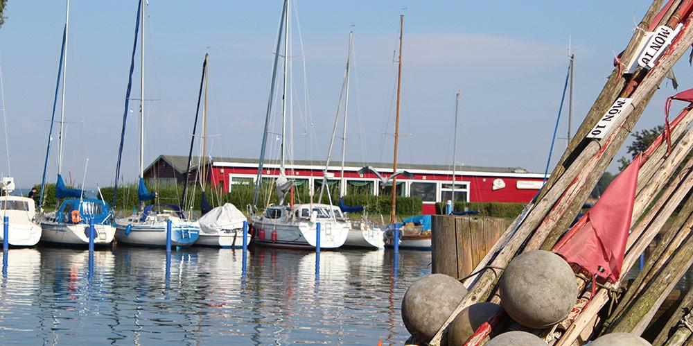 Boot sinkt nach Diebstahl von Bootsmotoren im Mönkebuder Hafen