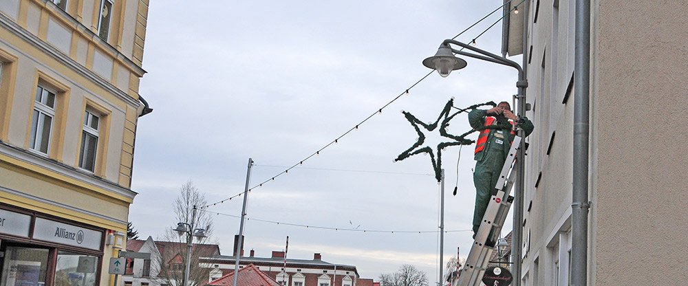 Alle Jahre wieder: Weihnachtsbeleuchtung schlängelt sich durch Ueckermündes Altstadt