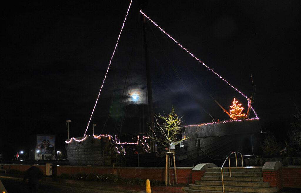 Märchenhaft erstrahlt die Pommernkogge im Advent