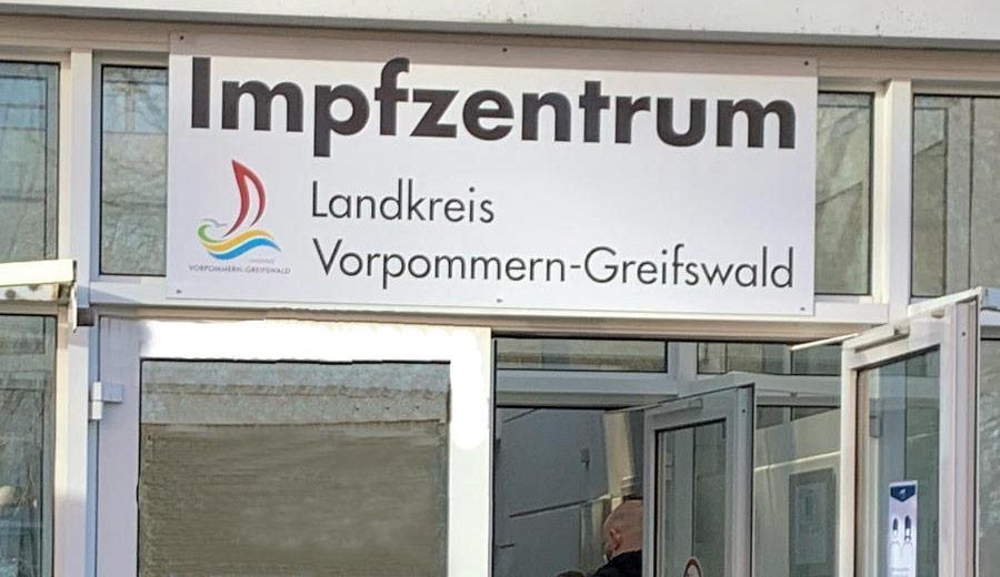 600 Menschen warten vor Impfzentrum in Greifswald: Kapazitätsgrenze erreicht