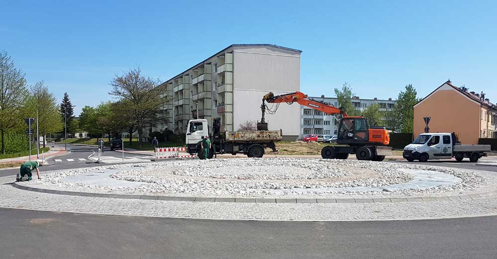 Ostsee-Kiesel zieren neuen Kreisverkehr am Haff